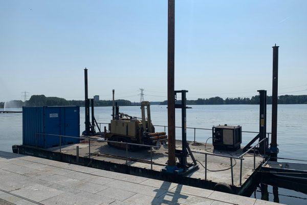 Voorbeeld van een ponton met boorinstallatie